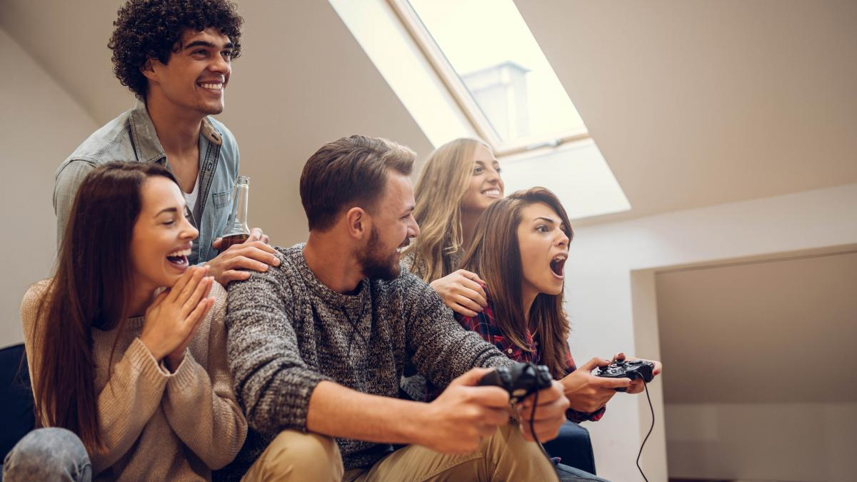 photo young people playing video games